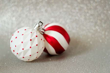 White and red balls - tree decoration for new year on festive background Imagens - 155815550