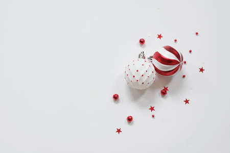 Christmas background - red decorations on white table. Christmas, winter, new year concept. Flat lay, top view Imagens