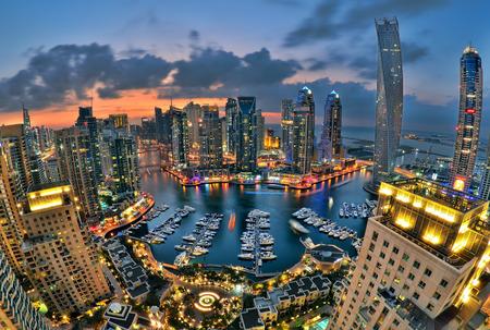 Nieuwe Dubai Marina in de schemering