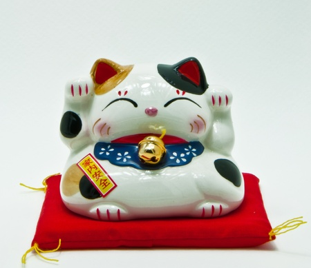 Japan gelukkige kat op wit wordt geïsoleerd