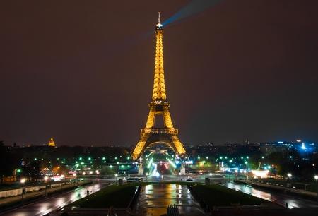 PARIS - 19 april: Licht Prestaties Show op 19 april, 2010 in Parijs. De Eiffeltoren staat 324 meter (1063 voet) hoog. Monument werd gebouwd in 1889, het bijwonen is dan 7 miljoen mensen.