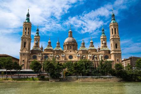Onze Lieve Vrouw van de Basiliek van de Pijler met Ebro Zaragoza, Spanje Stockfoto