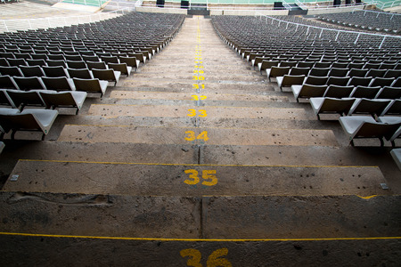 campo de beisbol: asientos del estadio en una vista posterior