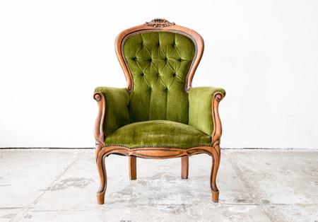 Groene klassieke stijl fauteuil slaapbank in uitstekende ruimte Stockfoto