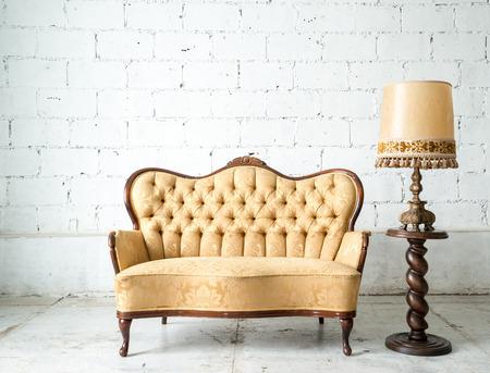 stile: Classico stile Poltrona divano divano in sala d'epoca con lampada da tavolo Archivio Fotografico