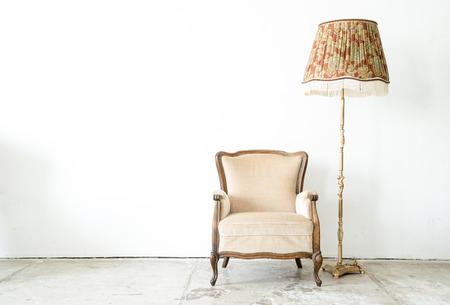 klassieke stijl Fauteuil slaapbank in uitstekende ruimte met bureaulamp