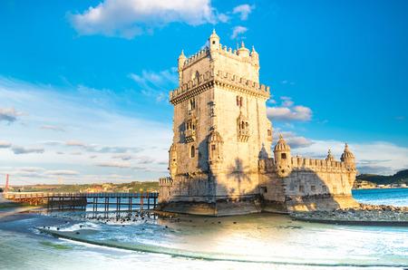 Belem Tower op de rivier de Taag in de ochtend, beroemde stad mijlpaal in Lissabon, Portugal.