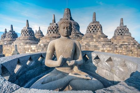 templo: Antigua estatua de Buda y stupa en el templo de Borobudur en Yogyakarta, Java, Indonesia. Foto de archivo