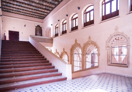 castillo medieval: ZARAGOZA, ESPAÑA, 09 de junio 2014: Detalles interiores del famoso palacio de la Aljafería en Zaragoza español ciudad.