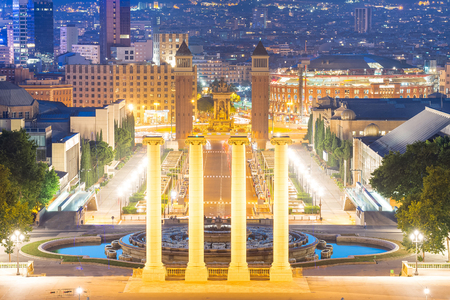 barcelone: Vue nocturne de la Plaza de Espana avec tours vénitiennes. Barcelona Banque d'images