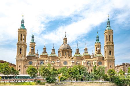 Onze Lieve Vrouw van de Pilaar Basiliek met Ebro Zaragoza, Spanje Stockfoto