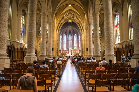 Luxemburg, Luxemburg - Juli 12, 2015: Menschen während der Messe in der katholischen Kirche in Luxemburg am Juli 12, 2015 Editorial