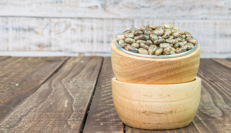 Castor oliehoudende zaden - ricinus communis op hout vintage achtergrond