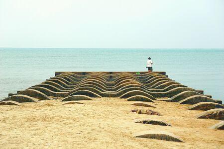 hombre solitario: Una pesca del hombre solitario en el embarcadero curvey