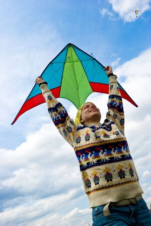 donna volante: Giovane donna battenti kite Archivio Fotografico