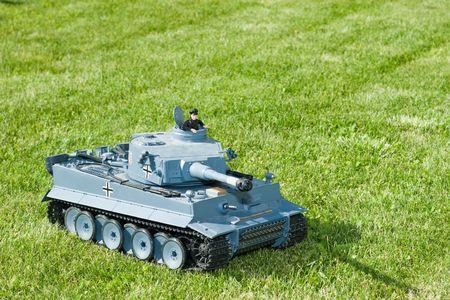 tanque de guerra: Pesado tanque alem�n de la Segunda Guerra Mundial en un modelo de hierba