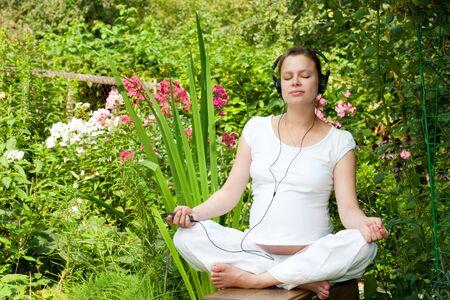 music therapy: Joven mujer embarazada relajante jard�n en verano Foto de archivo