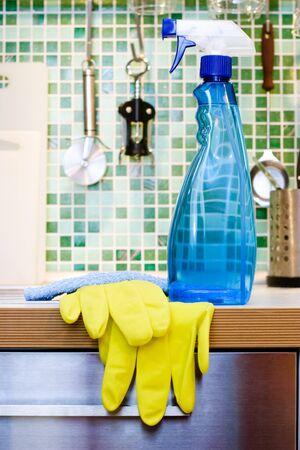 limpieza del hogar: Limpieza de la botella azul en spray mesa de la cocina Foto de archivo