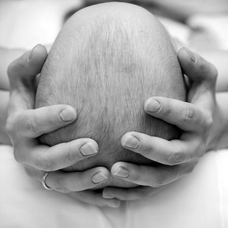 massage enfant: M�re de son enfant de la t�te, shallow DOF Banque d'images