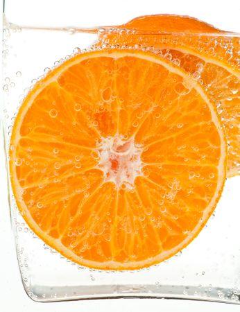 orange slice: Orange slice in water met bubbels Stockfoto