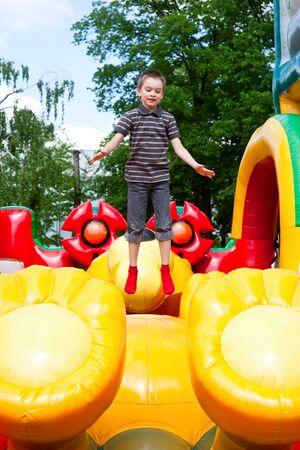 ni�o saltando: Joven saltando sobre juegos inflables