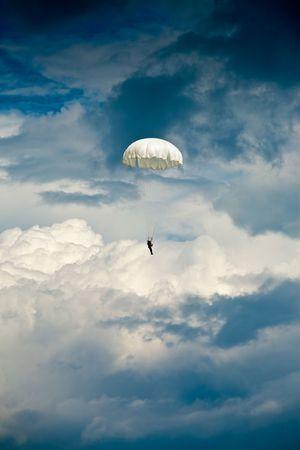 caida libre: Puente de paracaídas contra el cielo dramático  Foto de archivo