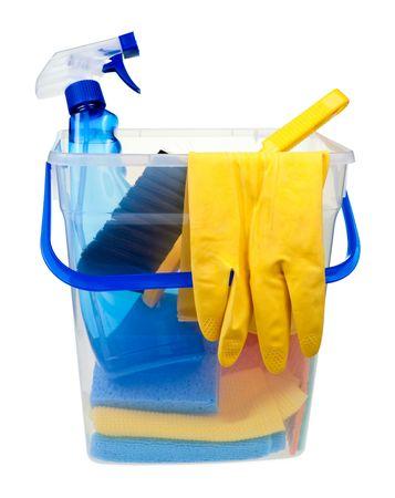 leveringen: Doorzichtige plastic emmer met schoonmaakproducten op witte achtergrond