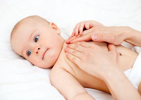 massage enfant: Masseuse massage b�b� petit peu profondes se concentrer Banque d'images