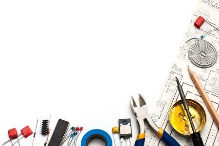 circuitos electronicos: Conjunto de componentes electr�nicos y herramientas de sistema en el fondo blanco Foto de archivo