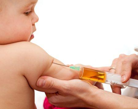inyeccion intramuscular: Doctor dando a un ni�o en una enorme inyecci�n en el brazo, GDL superficial Foto de archivo