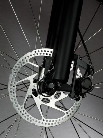 frenos: Rueda delantera de bicicleta de monta�a con freno de disco mec�nico Foto de archivo