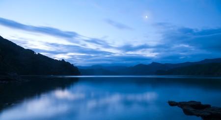 Coucher de soleil dramatique sur les sons de Marlborough, Nouvelle-Zélande
