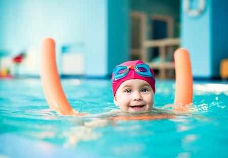 natacion: Ni�a feliz, aprender a nadar con fideos de piscina