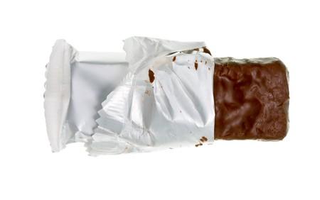 barra de cereal: Abrir el chocolate o cereal bar sobre fondo blanco