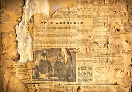 oude krant: Grungy achtergrond met oude vergeelde Sovjet-krant fragmenten Stockfoto