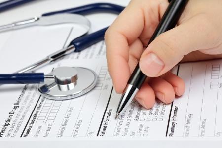 recetas medicas: Mano con l�piz sobre la forma de venta con receta en blanco con la informaci�n del paciente