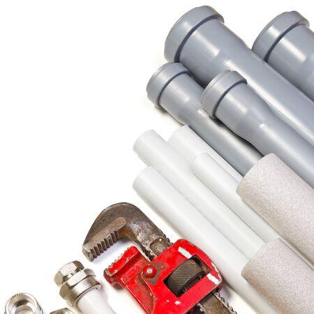 ca�er�as: Tuber�as de herramienta de fontaner�a y conexiones sobre fondo blanco Foto de archivo