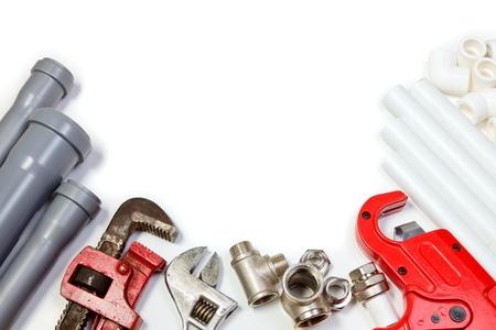 plumbing: Tuber�as de herramienta de fontaner�a y conexiones sobre fondo blanco Foto de archivo