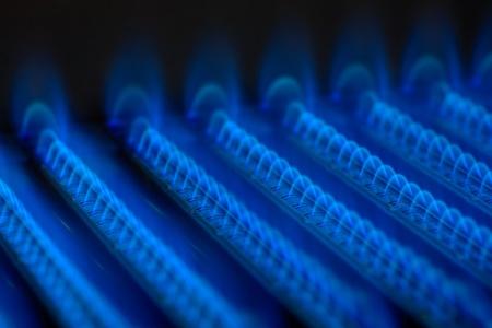 Blue Flames von einem Gasbrenner innerhalb des Kessels
