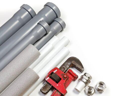 fontanero: Fontaner�a herramienta tuber�as y conexiones sobre fondo blanco