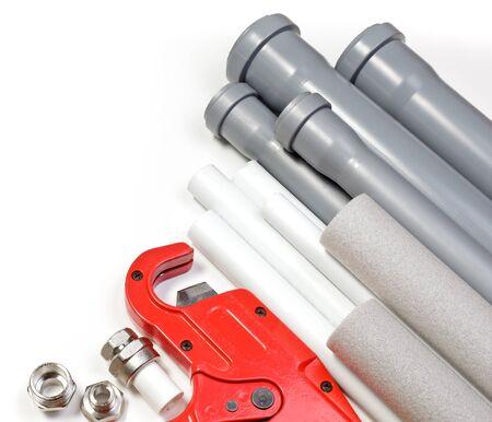 kunststoff rohr: Sanit�r-Tool Rohre und Formst�cke auf wei�em Hintergrund