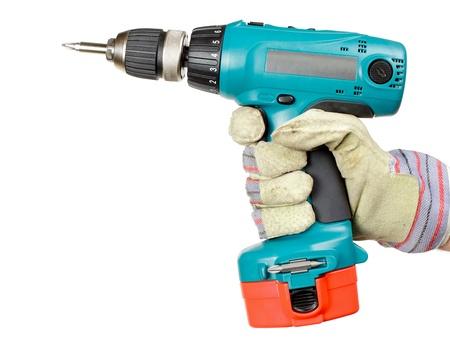 Hand dragen van beschermende handschoen houden batterij-aangedreven elektrische boor op witte achtergrond