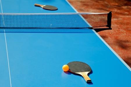 ping pong: Pelota de ping pong con Remo en tabla de tenis Foto de archivo