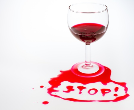alcoholismo: La palabra Stop escrito con vierte vino tinto