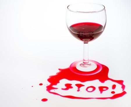 alcoolisme: Le mot Stop �crite avec le vin rouge coul� Banque d'images
