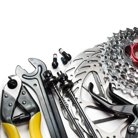 frenos: Herramientas y repuestos de bicicleta de monta�a en el fondo blanco