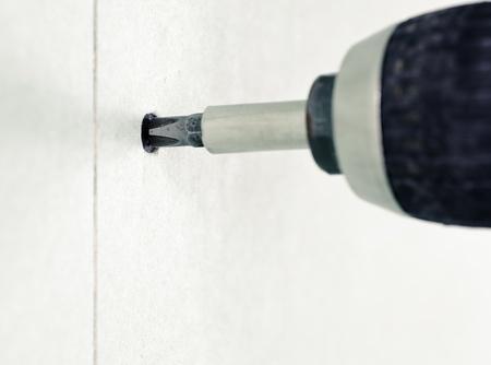 tablaroca: La conducci�n de un tornillo en el panel de yeso