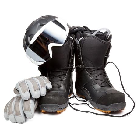 calzado de seguridad: Botas de snowboard con casco guantes y gafas protectoras en el fondo blanco Foto de archivo