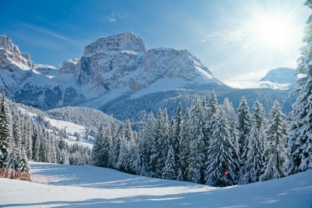 Sonnigen Tag am Val di Fassa Ski-Resort in Italien