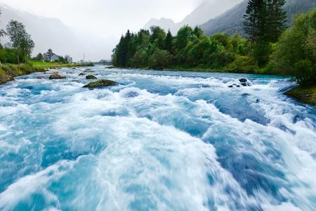 Milchig-blaue Gletscherwasser der Briksdal Fluss in Norwegen
